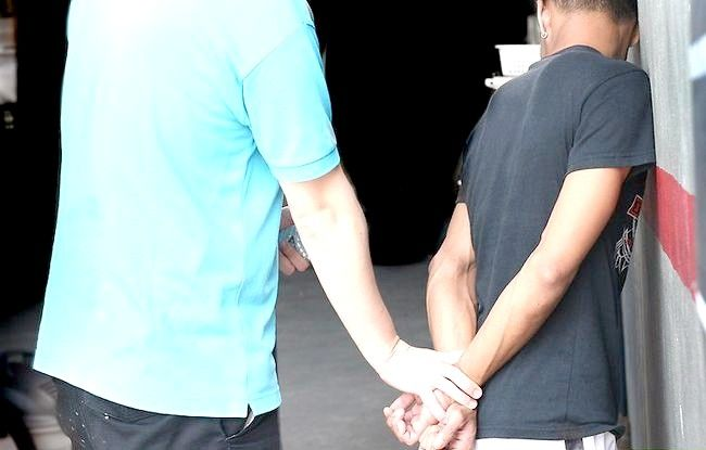 Imagine intitulată Handcuff a Person Pasul 2