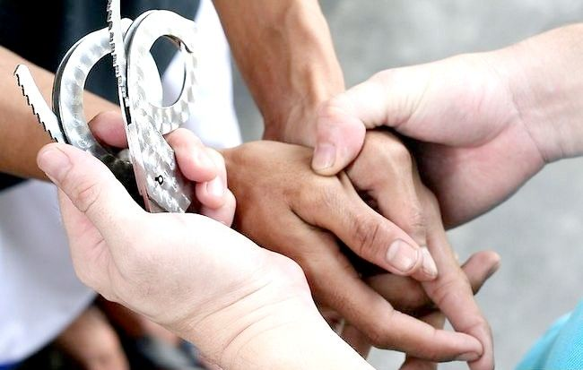 Imagine intitulată Handcuff a Person Pasul 5