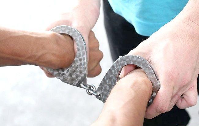 Imagine intitulată Handcuff a Person Step 8