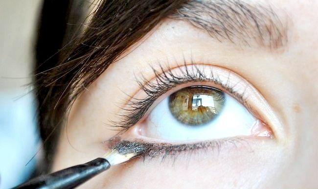 Cum se aplică Eyeliner în ochi mici și rotunjite