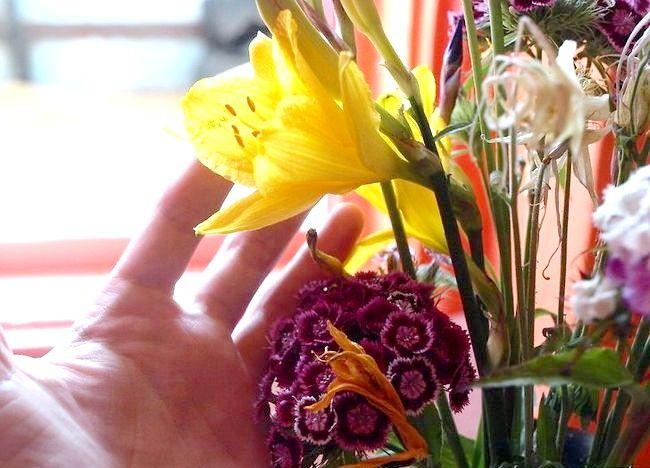 Imaginea intitulată Aranjați un buchet de flori Pasul 9