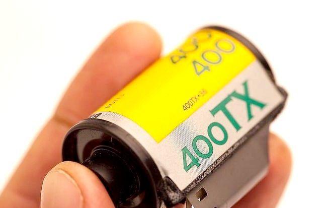Cum se încarcă un film de 35MM într-o cameră analogică