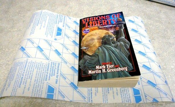 Cum să acoperiți o copertă de carte cu contactul cu hârtia