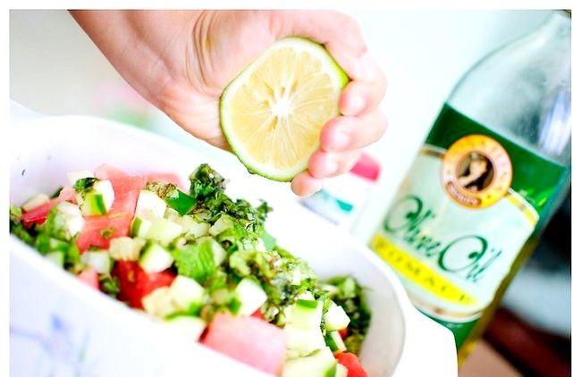 Imaginea intitulă Faceți o salată de pepene verde Pasul 2