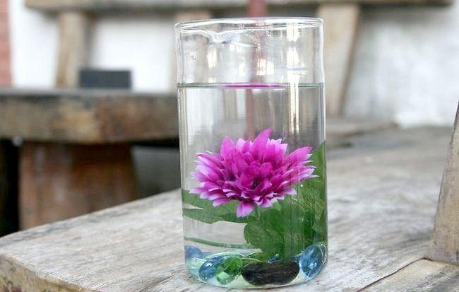 Imaginea intitulă Asigurați-centrale elegante folosind apă distilată și flori de mătase Pasul 11