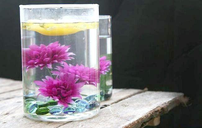 Imaginea cu titlul Asigurați-centrale elegante utilizând apă distilată și flori de mătase Pasul 12