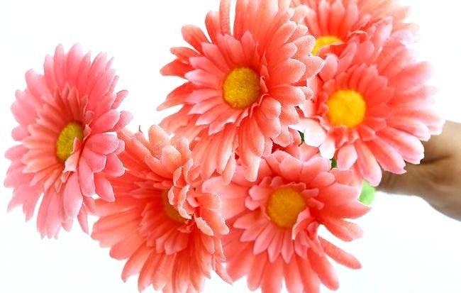 Imagine intitulată Aranjați flori de mătase Pasul 4