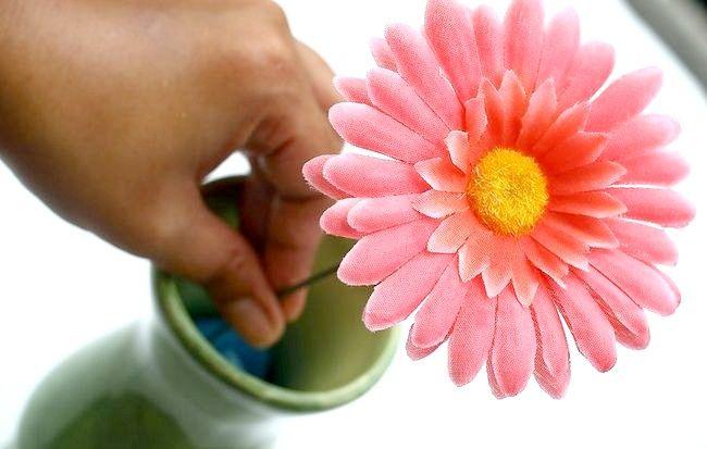 Imaginea intitulată Aranjați flori de mătase Pasul 6