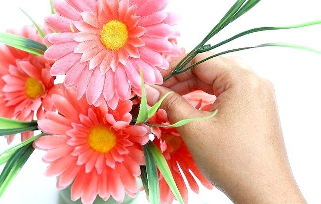 Imagine intitulată Aranjați flori de mătase Pasul 8