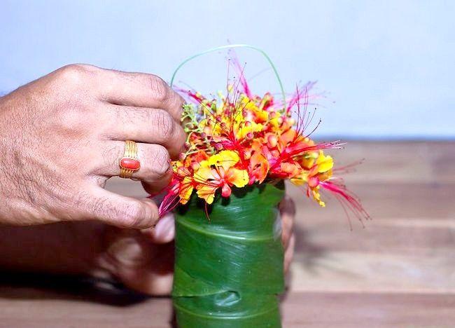 Imagine intitulată Aranjați flori pentru o vază mică Step 6Bullet2