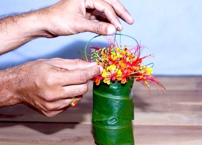 Imagine intitulată Aranjați flori pentru o vază mică Step 6Bullet3