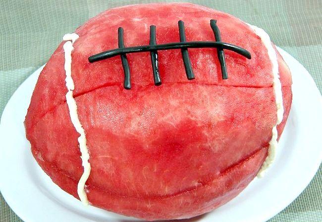 Poza intitulată Faceți un tort de fotbal pepene verde Pasul 7