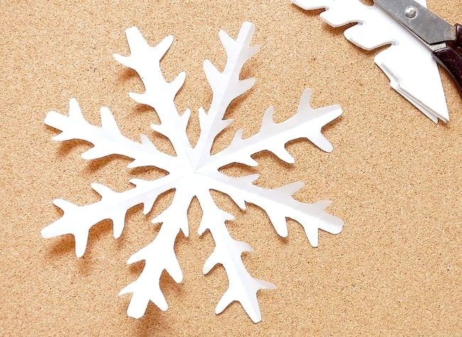 Imagine intitulată Efectuați o hârtie de zăpadă Kirigami Step 6