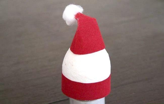 Imaginea intitulată Creați o decorare Moș Crăciun utilizând un pas de ou 8