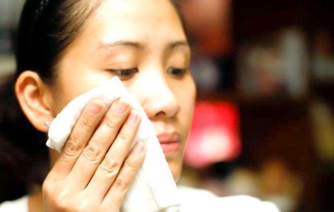 Imaginea cu titlul Face o curățare a feței pentru pielea grasă Pasul 5