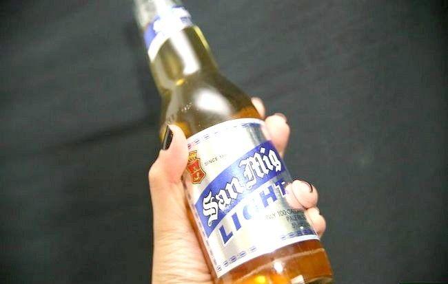 Imaginea intitulată Curățați-vă părul cu bere Pasul 1