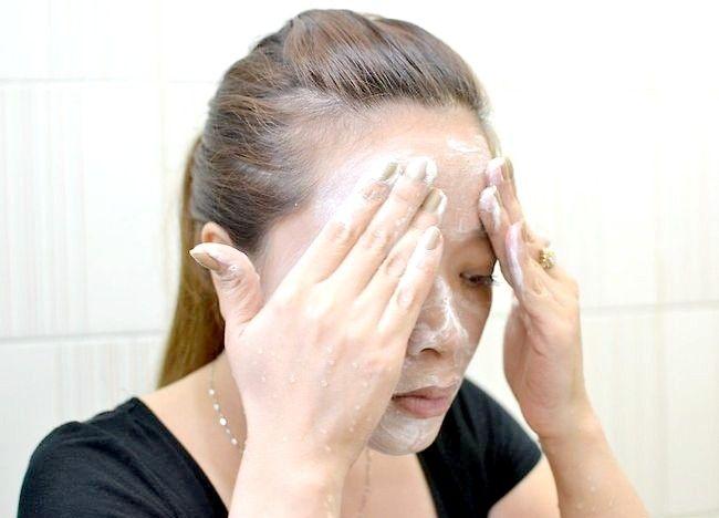 Imaginea intitulată Curățați pielea uleioasă Pasul 1
