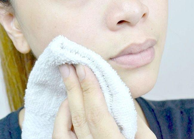Imaginea intitulată Curățați pielea grasă, pasul 2