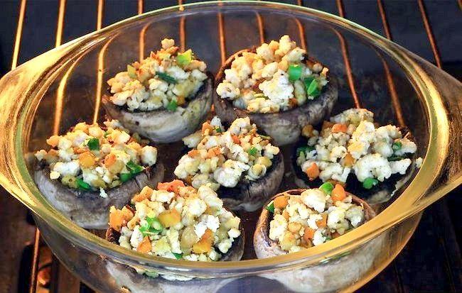 Imaginea intitulă Faceți ciuperci delicioase umplute Pasul 6