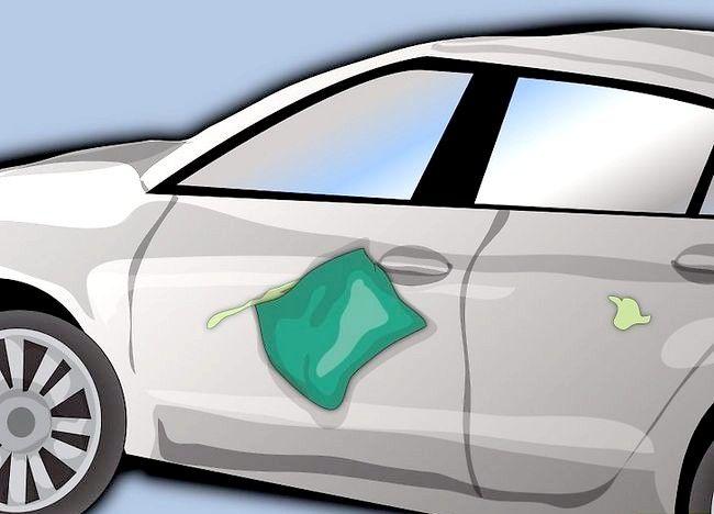 Imaginea intitulată Eliminați vopseaua care a uscat pe ușa mașinii Pasul 5