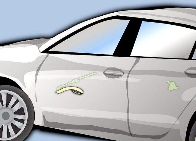 Imaginea intitulată Eliminați vopseaua care a fost uscată pe ușa mașinii Pasul 7