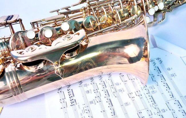 Imagine intitulată Play Saxophone Jazz Step 4
