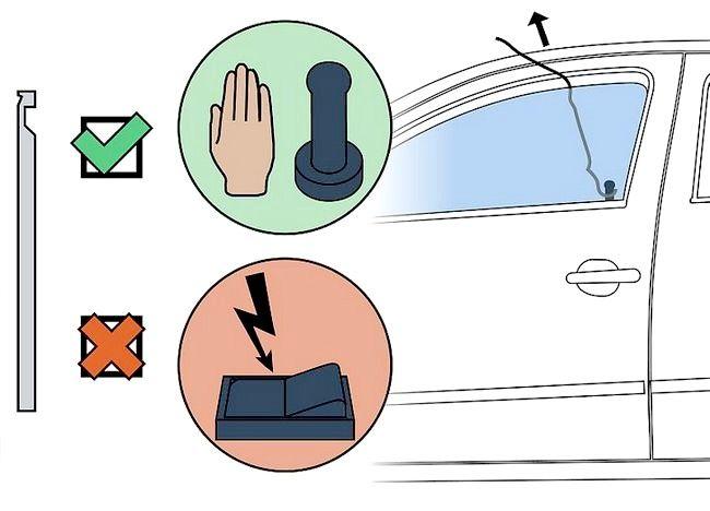 Cum se utilizează o bară de fier pentru a deschide o ușă de mașină